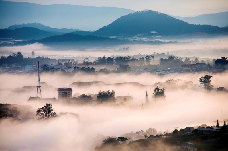 Nếu tới Trại Mát vào sáng sớm, bạn sẽ được chơi với mây
