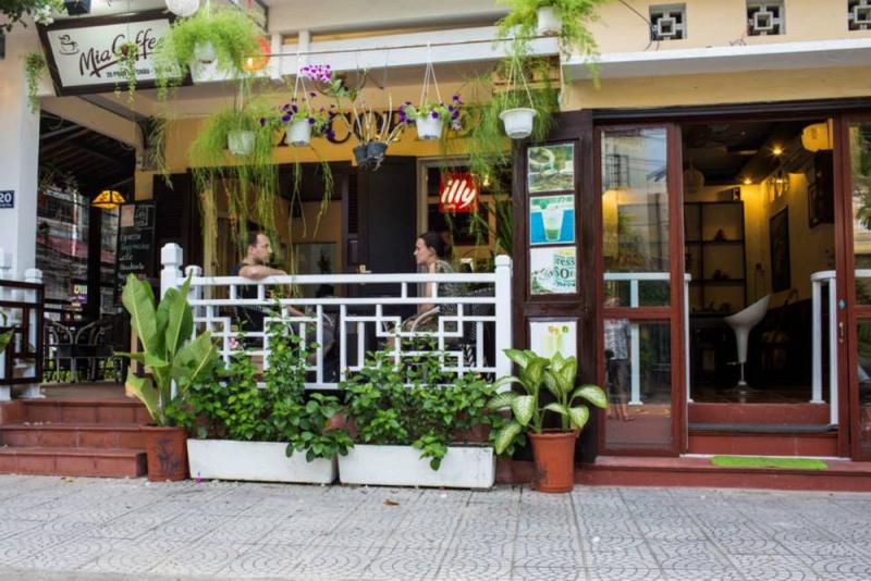 Bên ngoài của quán cà phê Mia