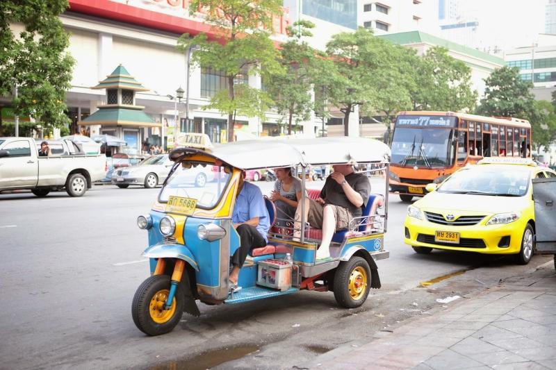 Đi lại bằng xe tuk tuk là trải nghiệm bạn nhất định phải thử khi đến Thái Lan (Nguồn: Sưu tầm)