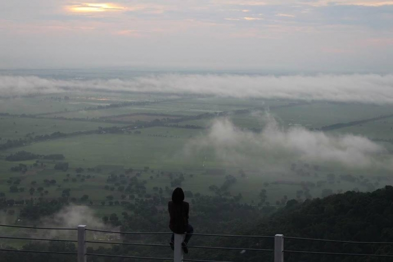 Từ Dồ Hội nhìn xuống cánh đồng, phía xa xa là những đám mây lững lờ trôi