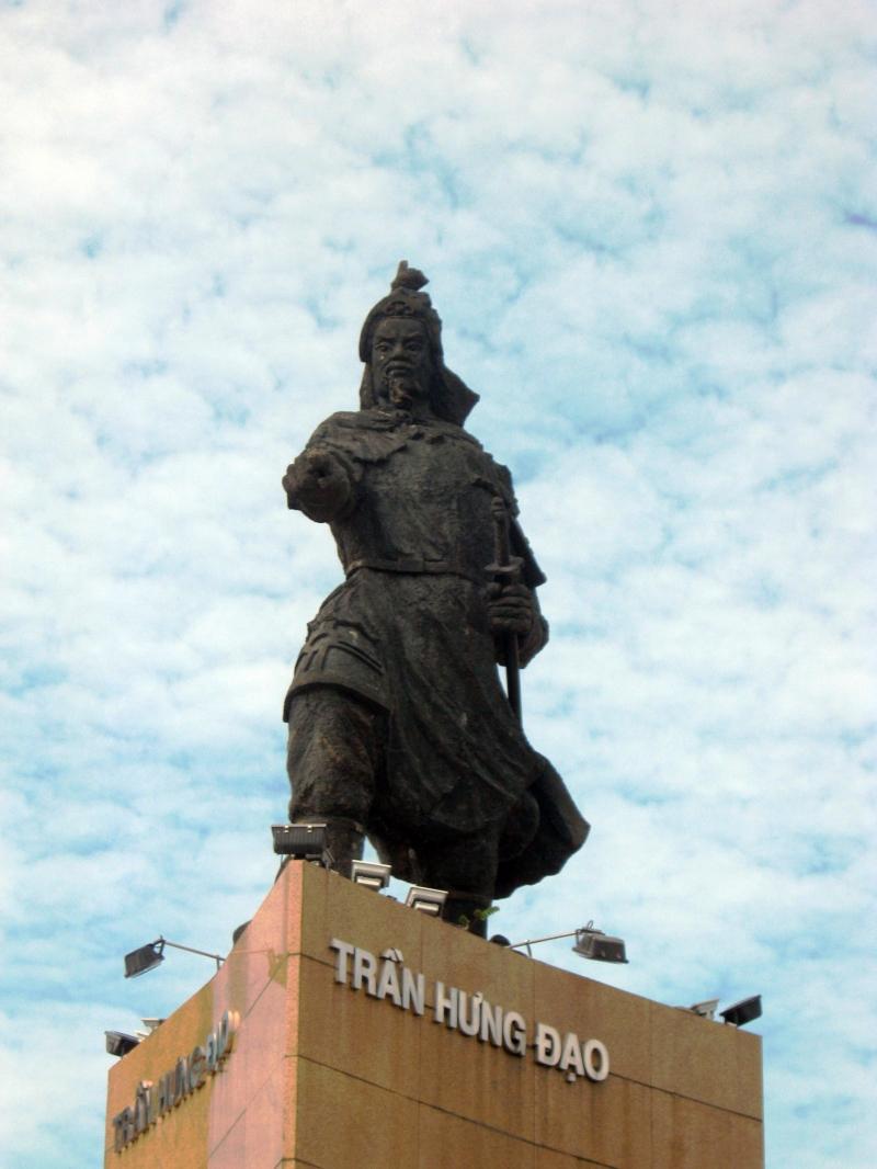 Tượng đồng vua Trần Hưng Đạo