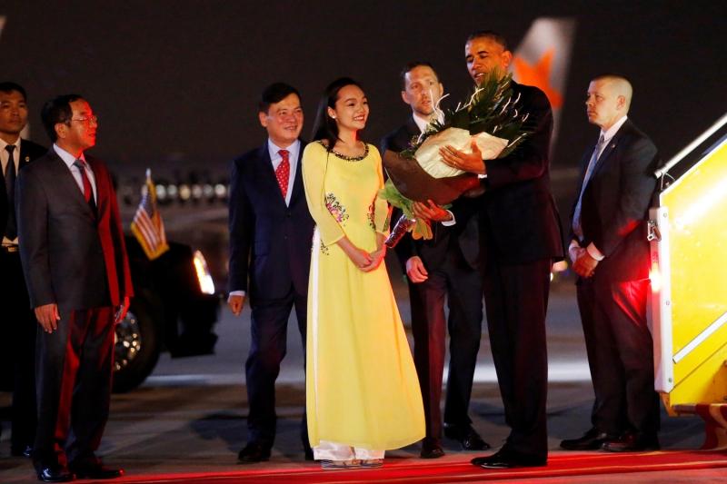 Hình ảnh Mỹ Linh tặng hoa cho Tổng thống Obama được lan truyền
