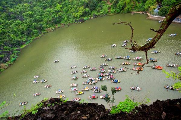 Bến thuyền dập dìu đưa du khách ngắm cảnh núi non, sơn thủy hữu tình