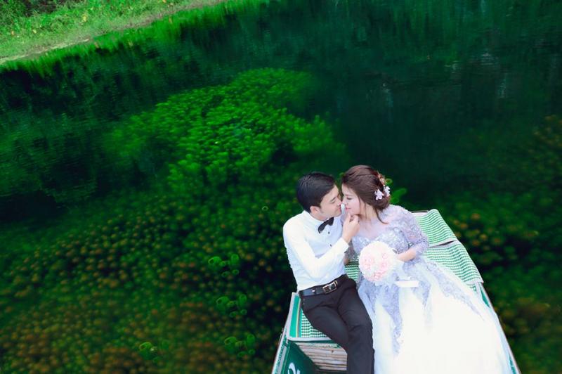 Tràng An với non xanh, nước biếc tạo nên những bức ảnh cưới thơ mộng và đẹp tuyệt vời
