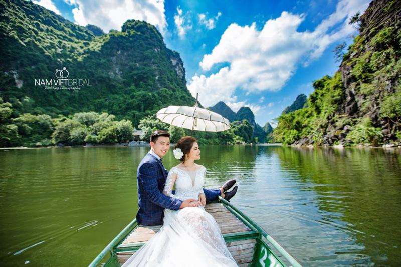 Chụp ảnh cưới trên thuyền ở Tràng An là concept thường được các nhiếp ảnh gia và cặp đôi lựa chọn