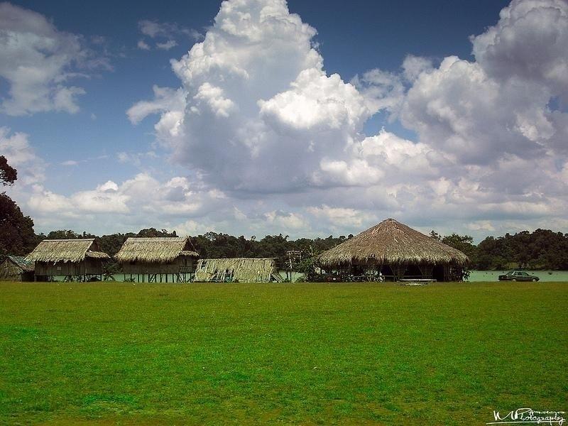 Bản làng của người bản địa ven hồ