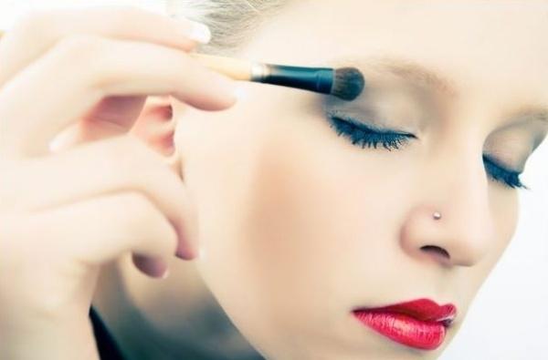 Trang điểm mắt với gam màu xanh kim loại