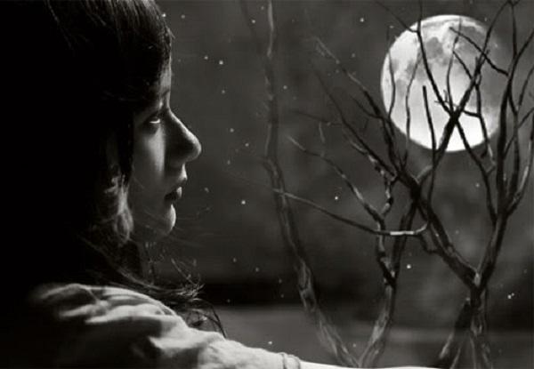 Nhờ có trăng, con người đã tạm quên đi những nỗi âu lo thường ngày.