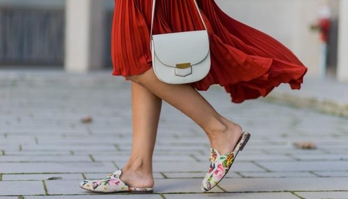 Giày hở gót mix cùng chân váy maxi xếp ly thời thượng mang lại vẻ trẻ trung, tươi mới cho phái đẹp