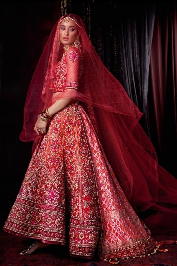 Cô dâu Ấn Độ rạng rỡ trong bộ sari đỏ