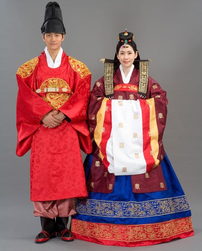 Chú rể cùng cô dâu xinh tươi, rạng rỡ trong bộ hanbok truyền thống.