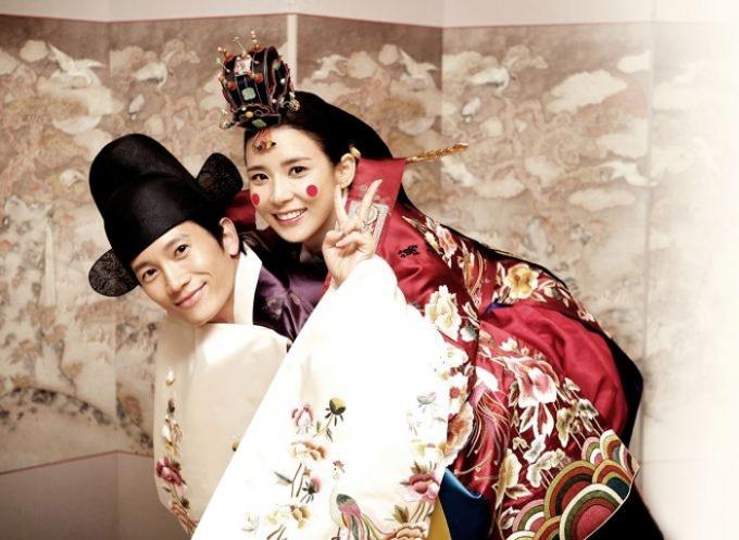 Hai diễn viên nổi tiếng: Lee Bo Young và Ji Sung chọn trang phục truyền thống cho lễ cưới của mình.