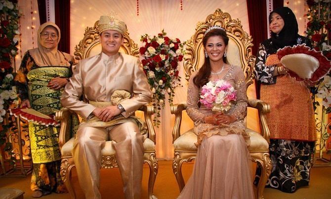 TRang phục cưới màu kem - màu sắc tinh tế và là đặc trưng cho đám cưới truyền thống tại Malaysia