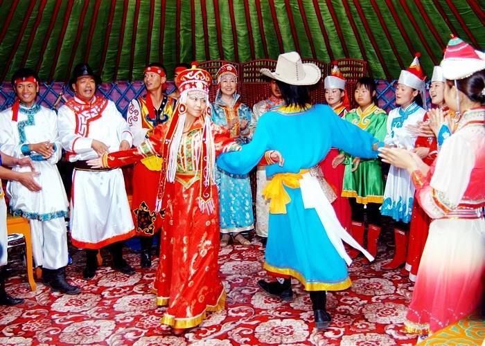 Cô dâu trong bộ váy cưới truyền thống trông cực quyến rũ và rạng ngời.