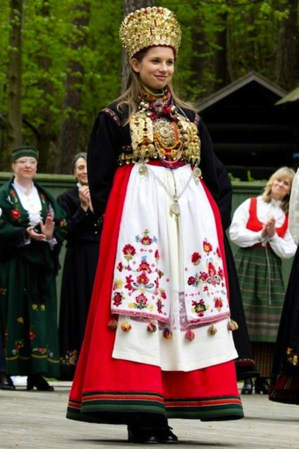Vương miện vàng cùng váy dài hoạ tiết giúp cô dâu thêm phần rạng rỡ