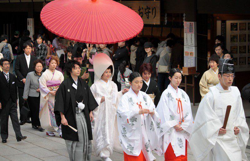 Cô dâu và chú rể người Nhật rạng rỡ trong trang phục cưới truyền thống.