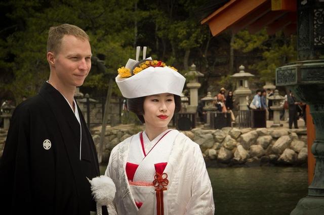 Váy trắng tinh khôi cùng chiếc mũ độc đáo tạo nên sức hút cho cô dâu Nhật.