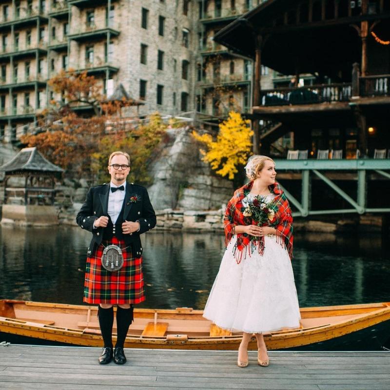 Chú rể và cô dâu trông cực thanh lịch và thu hút trong trang phục cưới truyền thống.