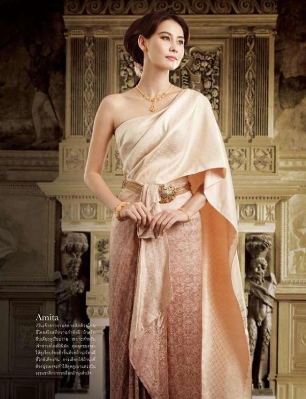 Váy cưới truyền thống Thái Lan được làm từ tơ tằm, kiểu dáng quyến rũ, tinh tế, màu sắc tươi sáng.