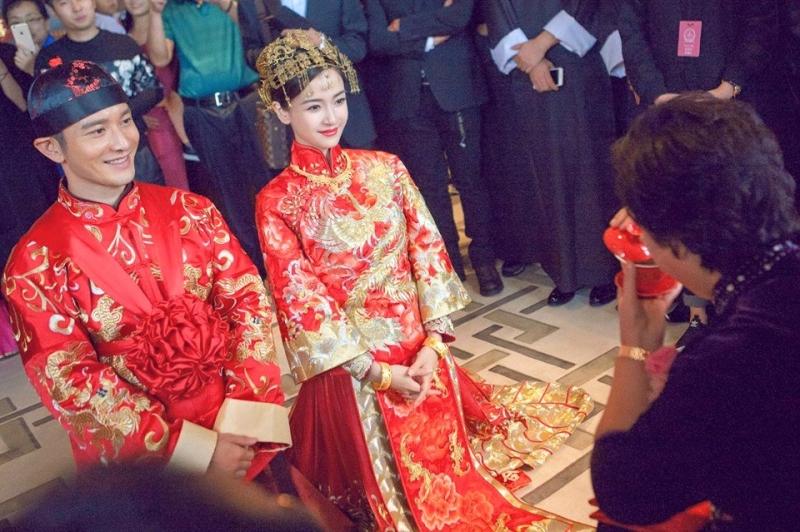 Huỳnh Hiểu Minh và Angela Baby trong trang phục cưới truyền thống.