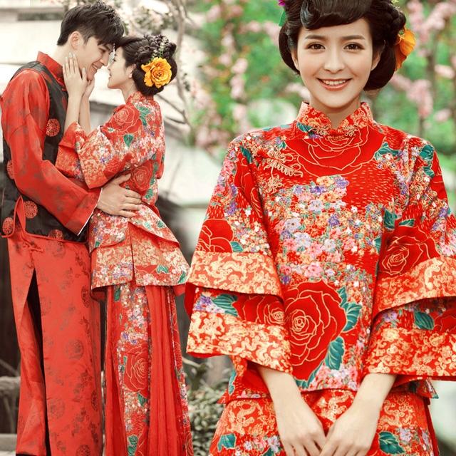 Cô dâu xinh đẹp trong áo cưới truyền thống với màu sắc và hoa văn rực rỡ.