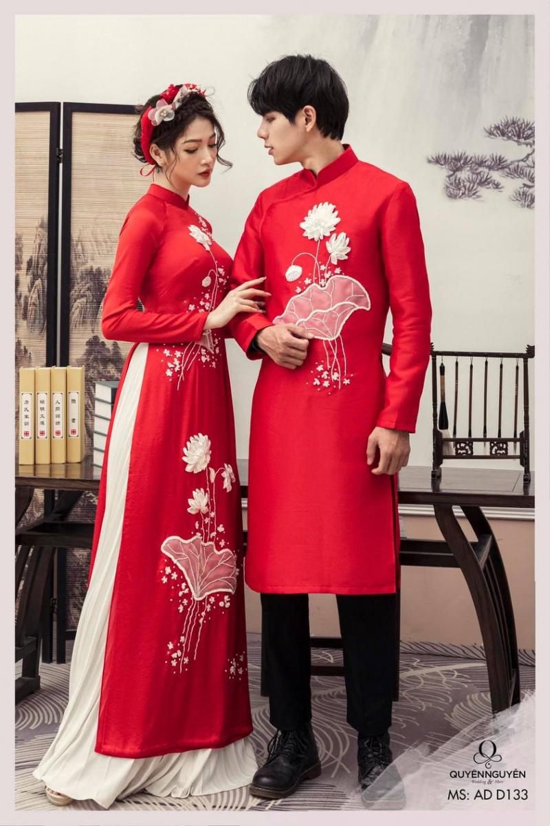 Áo dài đỏ được nhiều cặp đôi lựa chọn cho ngày trọng đại với niềm cầu mong may mắn, hạnh phúc