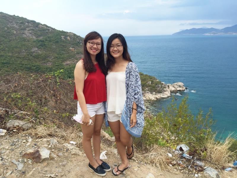 Mặc trang phục gọn nhẹ và đi giày bệt khi đi du lịch Nha Trang vào hè
