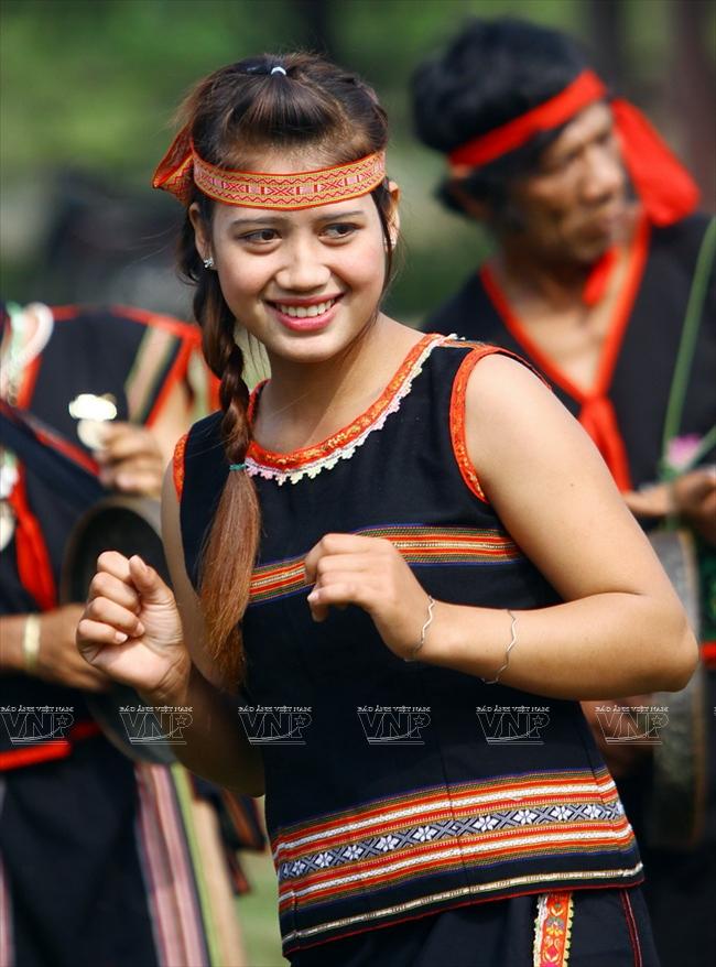 Cô gái Ba Na hồn hậu trong trang phục thường ngày