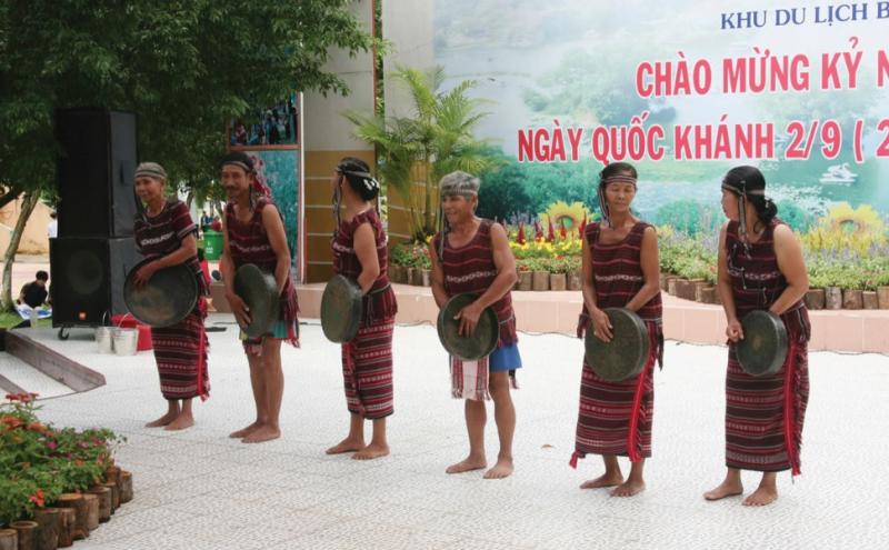 Người Chơ Ro hiện nay rất ít mặc trang phục truyền thống