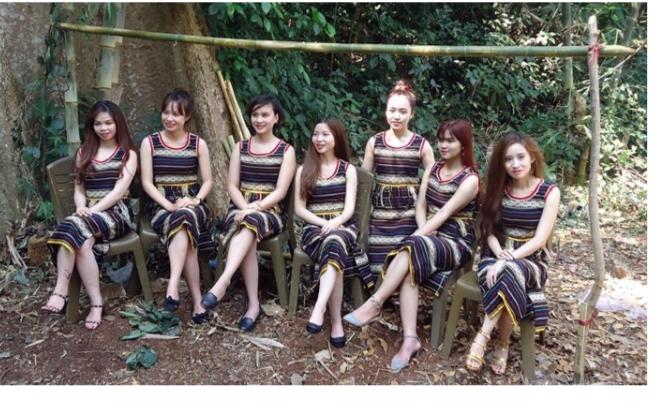 Người Ê Đê thường mặc váy tấm