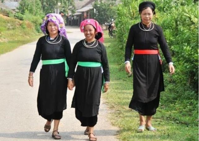 Người Tày thường mặc quần áo vải bông nhuộm chàm
