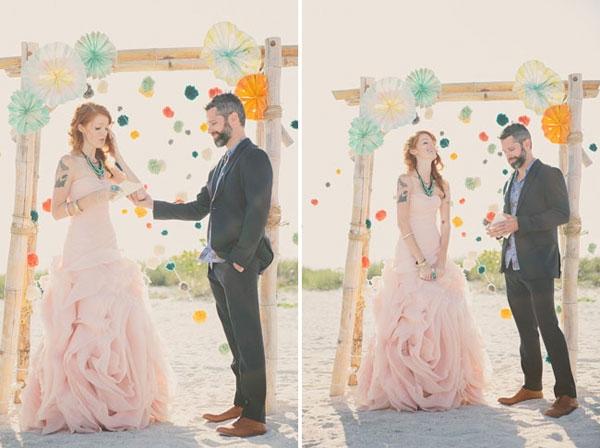 Chiếc cổng treo quạt giấy đầy màu sắc này sẽ tô điểm cho tiệc cưới của các bạn thêm lãng man!