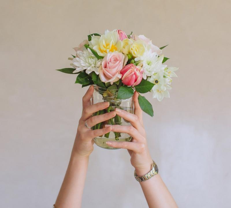 Những bông hoa tươi được đặt trong lọ thủy tinh.