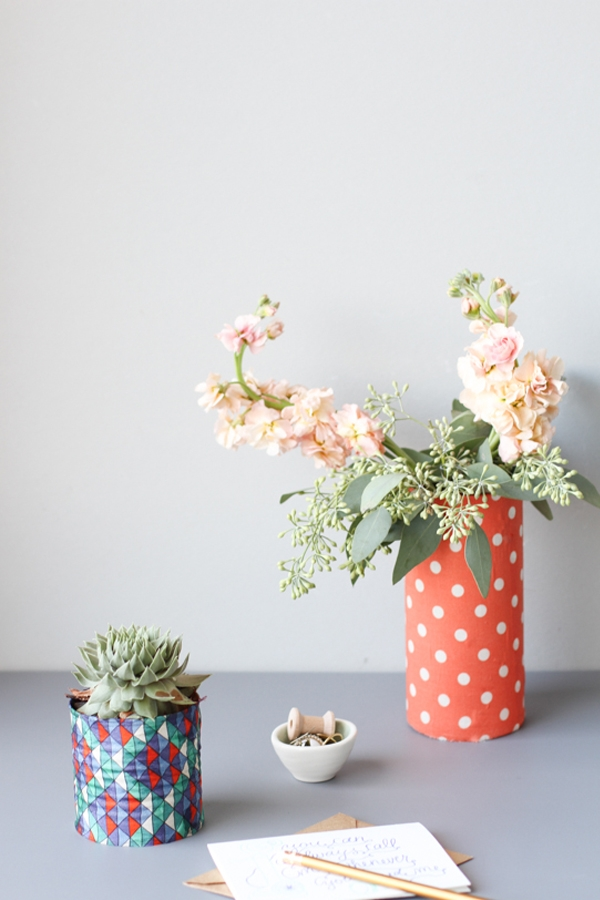 Việc trang trí phòng làm việc bằng những bình hoa sẽ giúp cho bạn thư giãn đầu óc.