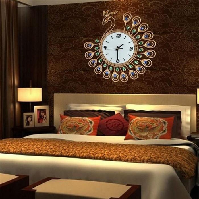 Màu đỏ sẽ khiến không khí cũng như không khí phòng ngủ của bạn trở nên tươi vui hơn.