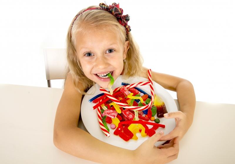 Ăn nhiều đường sẽ khiến trẻ dễ kích động và quậy phá hơn