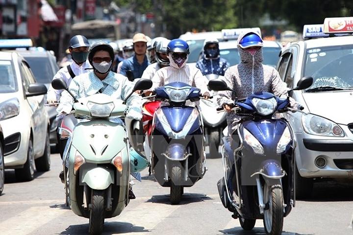 Không nên đi xe máy vào những thời điểm có nhiệt độ cao bạn nhé!