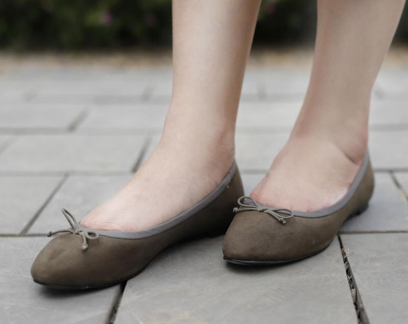 Một đôi giày búp bê hoặc sandal vẫn rất đẹp, hợp thời trang và an toàn cho mẹ bầu.