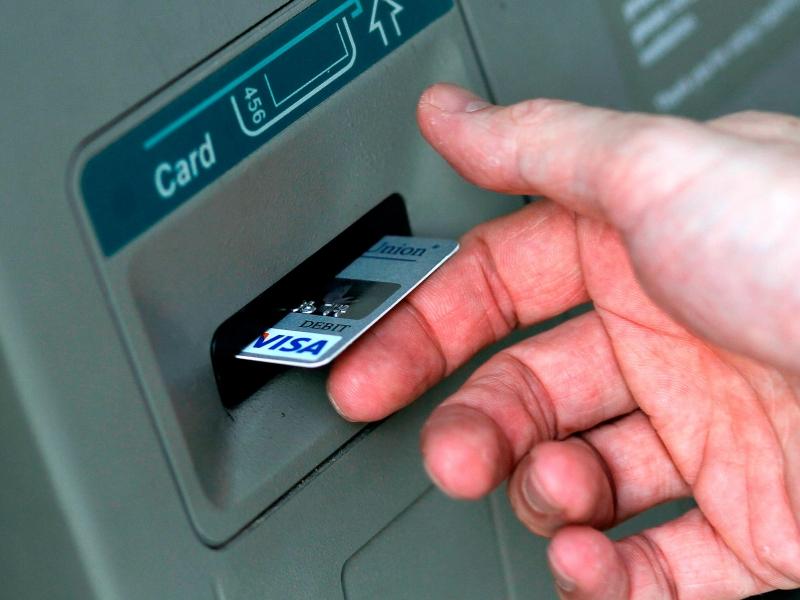 Phí rút tiền mặt ở nước ngoài thường rất cao