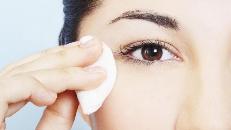 Tránh sử dụng lông mi giả và mascara