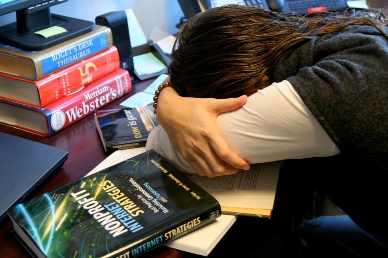 Tránh thức quá khuya, học vào buổi sáng sớm sẽ dễ nhớ hơn.
