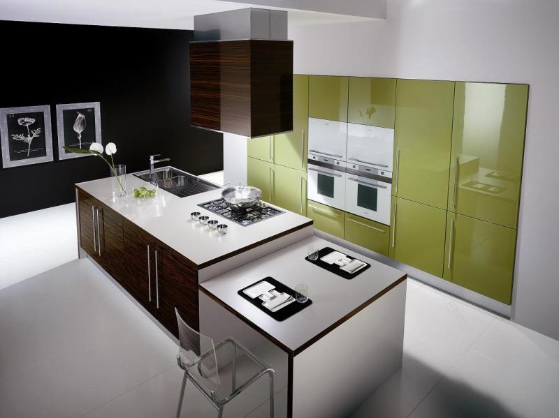Nhà Bếp thiết kế đẹp nhưng để bồn rửa chén quá gần với bếp, không nên.