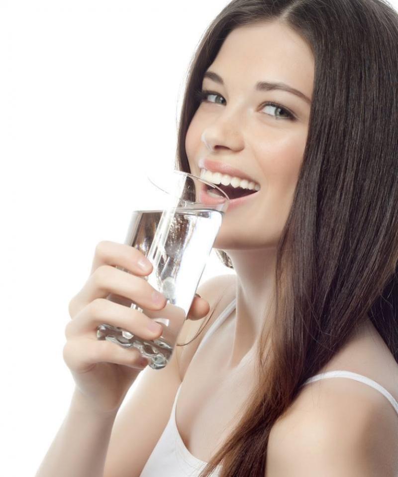 Uống nước lọc thay vì chất kích thích giúp bạn ngủ dễ hơn