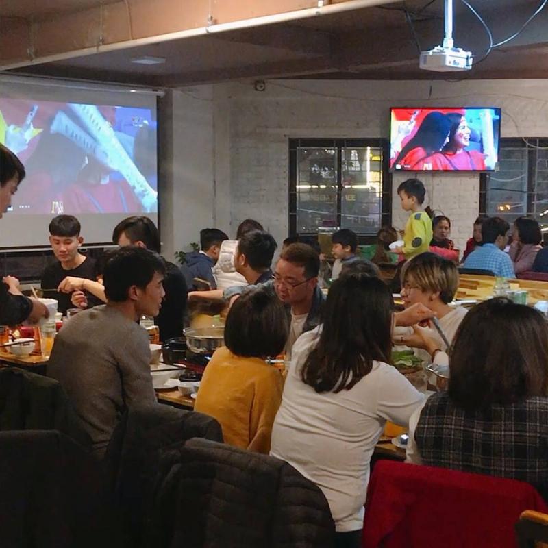 Nhà hàng Trâu Tú Linh có cả hệ thống tivi lẫn màn chiếu rộng để phục vụ thực khách xem bóng đá