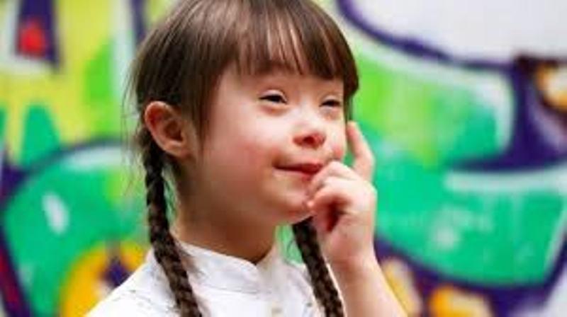 Trẻ bị down hoạt động chậm hơn bình thường nên cô giáo cần biện pháp giúp đỡ phù hợp