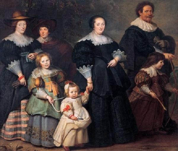 Trẻ em mặc áo người lớn nhưng có kích thước nhỏ hơn