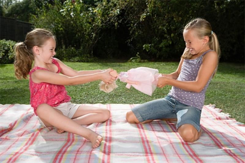 Trẻ gây hấn, giành đồ chơi và đánh bạn