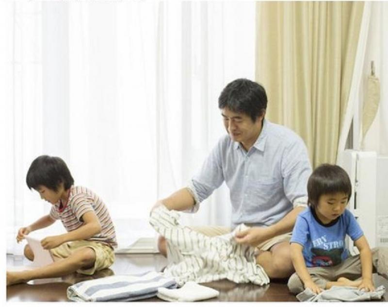Dạy trẻ tự lập bằng phương pháp để bé quen dần với việc ở cạnh nhiều người ngoài mẹ