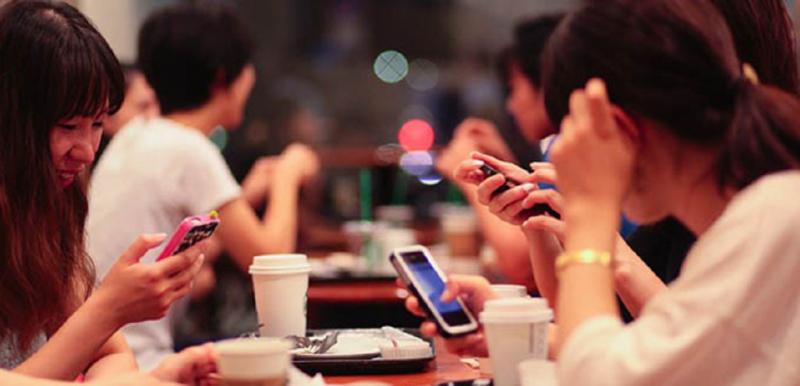 Trên bàn ăn, nhớ cất điện thoại đi