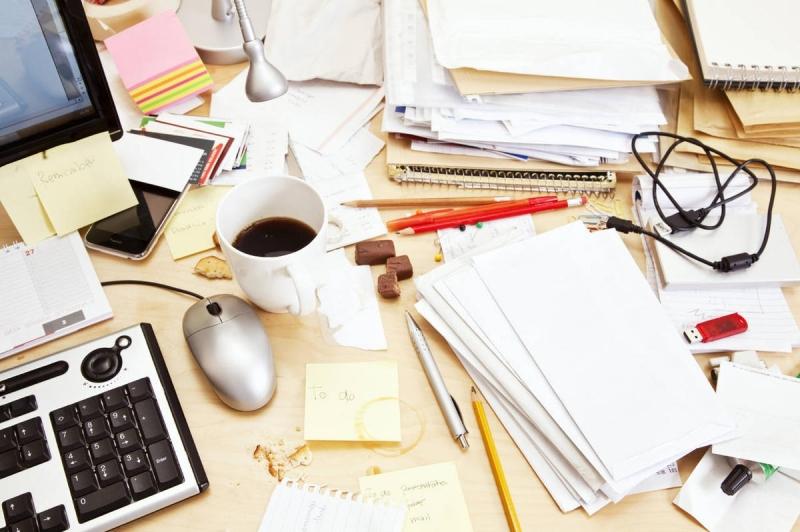 Bạn nên sắp xếp bàn học gọn gàng, sạch sẽ và bỏ đi những đồ vật bị hỏng rồi nhé
